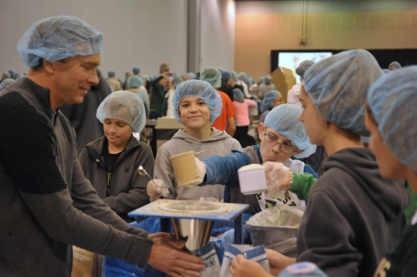 Family Mission Project to Pack Meals for Starving Children Draws More Than 750 Volunteers from Pinecrest Community